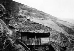 Castañedo, Navia de Suarna. Casa con corredor e cuberta de lousa. Arquivo Ebeling nº 113.