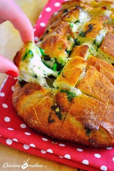 Cheese & garlic bread : un pain fourré au fromage et à l'ail - Marci Ut. Garlic Cheese Bread, 3 Ingredients, Finger Foods, Love Food, Tapas, Brunch, Food And Drink, Cooking Recipes, Bread Recipes