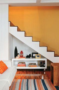 O espaço embaixo da escada pode sim ser bem aproveitado.  Se o espaço tiver uma altura razoável pode-se projetar um ambiente como banheir...
