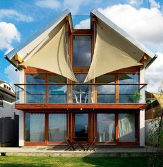 Matthew and Lesley Borowiecki's unique eco friendly home enjoys far-reaching views across London through huge windows, shaded from the sun by distinctive sails. Upside Down House, Steel Cladding, Clad Home, Eco Friendly House, Prefab Homes, Kit Homes, Modern Architecture, Building A House, Exterior