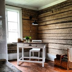 Feng Shui, Navy Blue Bedrooms, Log Wall, Design Page, Beige Walls, Entryway Tables, Shabby Chic, Ikea, Furniture