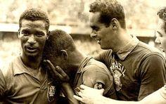 Pelé, ainda menino, (17 anos) emocionado ao lado de Didi e Gilmar após vencer a Suécia na final do Mundial de 1958!!!