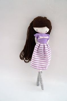 Esta es Mia!  Ella es encantadora. Lleva un bonito conjunto, de falda, blusa y calcetines. Mide unos 26 cm aproximadamente.  gracias por tu