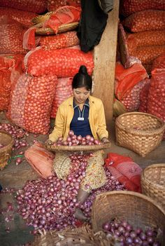 A woman sifts peels from shallots at her market stall in Mandalay, Burma We Are The World, People Of The World, Our World, Mandalay, Riverside Market, Laos, Vietnam, Burma Myanmar, Traditional Market