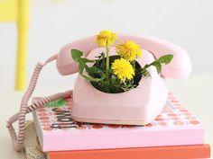 DIY-Anleitung: Außergewöhnlichen Blumentopf aus altem Telefon basteln / upcycling idea: turn an old telephone into a flowerpot via DaWanda.com