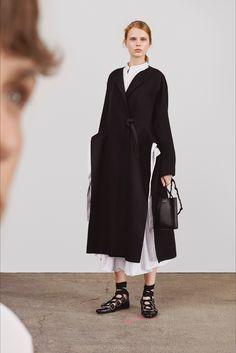 Guarda la sfilata di moda Jil Sander a Milano e scopri la collezione di abiti e accessori per la stagione Pre-collezioni Primavera Estate 2018.