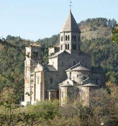 Saint-Nectaire Érigée sur le Mont Cornadore, elle domine le village. À l'intérieur, un rond-point constitué de six chapiteaux raconte, entre autres, la vie de saint Nectaire. À noter également une statuette de la Vierge qui recèle une cavité à reliques.
