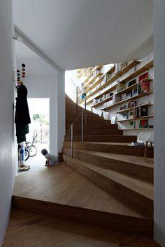 Utilisez le mur au dessus de l'escalier pour installer des tablettes.
