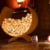 Der Anzündeholzständer 700730 aus Cortenstahl von der ums Manufaktur fügt sich durch die rustikale Patina optisch in jeden Außen- und Innenbereich ein.