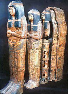 Les Momies - Les vases canopes Les offrandes, la nourriture, les objets nécessaires à la vie dans l'au-delà et le mobilier funéraire étaient disposés et on déposait le (les) cercueil(s) dans le sarcophage qui était scellé ainsi que la tombe. Les Égyptiens moyens se contentaient d'une simple cérémonie. Les plus riches offraient des hommages chers à leurs morts, mais quelle que soit la qualité des funérailles, chaque Égyptien y avait droit.