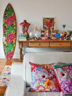 A estilista Kátia Barros invadiu a decoração e criou estampas para capas de almofada, roupas de cama e outros tecidos. A prancha de surfe é ...