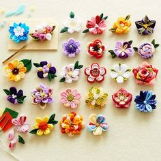 This Pin was discovered by pra Ribbon Art, Diy Ribbon, Ribbon Crafts, Flower Crafts, Felt Crafts, Fabric Crafts, Diy And Crafts, Kanzashi Tutorial, Flower Tutorial
