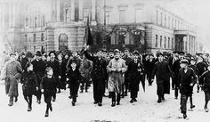 Im November 1918 stürzte das Deutsche Reiche ins Chaos, der Erste Weltkrieg war verloren, der Kaiser wurde zum Rücktritt gezwungen, Sozialisten und Kommunisten kämpften um die Macht in der zukünftigen Republik. Für viele war es das Ziel eine kommunistische Revolution in Gang zu setzen … Als eine Gru