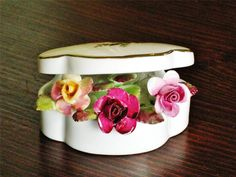 Delightful-vintage-ROYAL-ALBERT-trinket-pot-OLD-COUNTRY-ROSES-AS-NEW