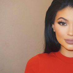 Jak mieć usta w stylu Kylie Jenner? Trzy sposoby na powiększenie ust