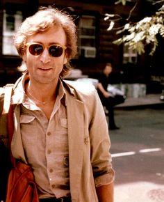 Una foto poco conocida de John Lennon. Bien sonriente sale.