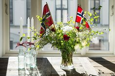 Slik pynter du til mai - Enkle tips What Is Patriotism, Sons Of Norway, Norwegian Flag, Norway Viking, Aesthetic Room Decor, Scandi Style, 70th Birthday, Holidays And Events, Floral Arrangements