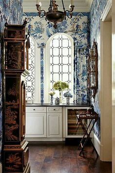 Blue and white chinoiserie toile wallpaper, via The Enchanted Home. Chinoiserie Wallpaper, Of Wallpaper, Wallpaper Ideas, Interior Wallpaper, Wallpaper In Kitchen, Amazing Wallpaper, Design Entrée, Interior Design, Design Ideas