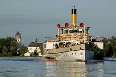Chiemsee Schifffahrt mit der Fraueninsel im Hintergrund.