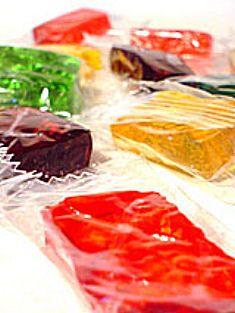 Ingredientes 1 kg de açúcar cristal 3 envelopes de gelatina sem sabor 2 e 1/2 xícaras de chá de água  1 caixa de gelatina no sabor de sua pr...