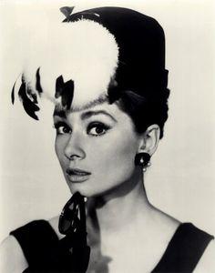 Audrey Hepburn / Actress オードリー・ヘプバーン(英: Audrey Hepburn、1929年5月4日 - 1993年1月20日)は、イギリスの女優。 本名は、オードリー・キャスリーン・ファン・ヘームストラ・ヘプバーン=ラストン(Audrey Kathleen Van Heemstra Hepburn-Ruston)。巨匠ウィリアム・ワイラー監督で映画化がきまっていた『ローマの休日』の主演女優探しも難航していた。候補として名前が挙がっていたのはエリザベス・テイラーやジーン・シモンズであったが、彼女たちはそれぞれ所属する映画会社との専属契約があった。そんな中、オードリーはワイラー監督が考えていた「アメリカ訛りでない英語を話し、気品溢れる女優」としてアン王女役のスクリーンテストに合格。パラマウント映画と専属契約を結んだ。『ローマの休日』ではアカデミー賞最優秀主演女優賞を受賞している。