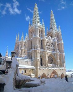 Burgos under snow Gothic Architecture, Amazing Architecture, Architecture Details, Beautiful World, Beautiful Images, Barcelona Spain, Wonderful Places, Barcelona Cathedral, Scenery