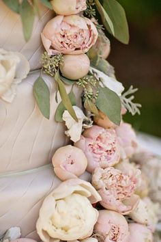 Dusty pink peony wedding cake, super style for a vintage-themed wedding!  (via Gorgeous Wedding Thing)