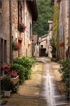 | ♕ | Ruelle de village - St-Jean-de-Côle | by © Capt' Gorgeous