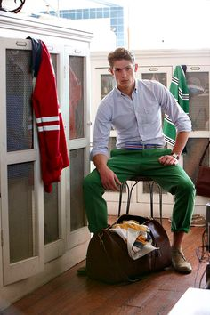 Les Frères JO' - Men's Style Inspiration Got it. Green pants, blue oxford, red cardigan Business casual with a bow tie :) . Preppy Mens Fashion, Fashion Moda, Look Fashion, Fashion Styles, Kids Fashion, Green Chinos, Green Pants, Green Shoes, Ivy Style