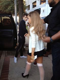 Ariana Grande wearing stockings with Nathan Sykes + Austin Mahone pictures Ariana Grande Cute, Ariana Grande Fotos, Ariana Grande Outfits, Ariana Grande Pictures, Miranda Cosgrove, Black Girl Aesthetic, Dangerous Woman, In Pantyhose, Celebs