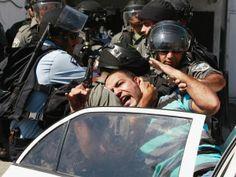Jerusalén, Israel, 27 de septiembre de 2013 - Policías fronterizos israelíes meten a un palestino a la fuerza dentro de un auto mientras lo detienen durante los enfrentamientos que tuvieron lugar después de los rezos cerca de la Puerta de Damasco en la Ciudad Vieja de Jerusalén. La policía israelí se enfrentó con manifestantes palestinos en la Ciudad Vieja de Jerusalén, la Franja de Gaza y la ocupada Cisjordania en septiembre, un reflejo de las tensiones crecientes...