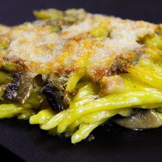 500g di trofie 160g di pancetta 300g di funghi 250ml di beciamella 2 bustine di zafferano 100g di parmigiano olio e.v.o. q.b. sale q.b. pepe q.b.