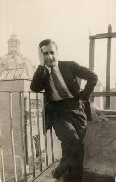 Antonio Oliver Belmás en la terraza de la casa de Carmen Conde, frente a la cúpula de la Iglesia de la Caridad. Cartagena, julio de 1927.