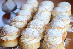 Semlor - svenske fastelavnsboller Cake Recipes, Dessert Recipes, Desserts, Healthy Treats, No Bake Cake, Doughnut, Muffin, Brunch, Sweets
