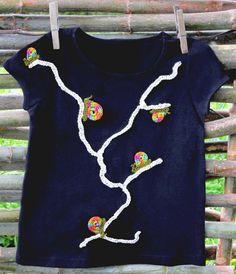 Moda niños. Camiseta de algodón para niños con pequeños caracoles multicolores recorriendo, con su lentitud habitual, una rama. Sus conchas multicolores, reflejo del arco iris después de la lluvia. Los caracoles del arco iris #regalos #niños