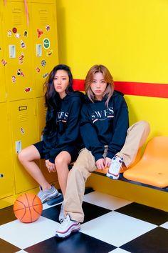 Mamamoo Hwasa and Wheein Wheesa Kpop Girl Groups, Korean Girl Groups, Kpop Girls, K Pop, Kpop Anime, Bts Love, Wheein Mamamoo, Kpop Memes, Wonder Woman