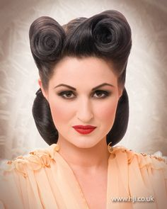Rockabilly Pin Up Hairstyles for Short Hair - Hairstyle Updo 1950s Hairstyles, Vintage Hairstyles, Up Hairstyles, Classy Hairstyles, Short Curly Hair, Curly Hair Styles, Looks Rockabilly, Rockabilly Dresses, Rockabilly Girls
