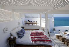 Una cama de verano rodeada de celosías para dormir en las noches de calor...¡qué gran idea!