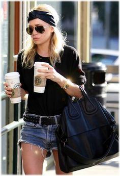 Kaffee, große Tasche, Stirnband, große Sonnbrille. Toll!