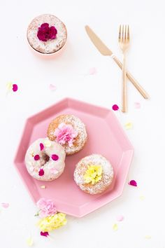 Edible Flower Donuts ~ The most important thing when it comes to working with edible flowers is making sure they are, in fact, edible. Yummy Treats, Sweet Treats, Yummy Food, Naked Cakes, Flower Food, Edible Flowers, Diy Flowers, Donut Recipes, Churros