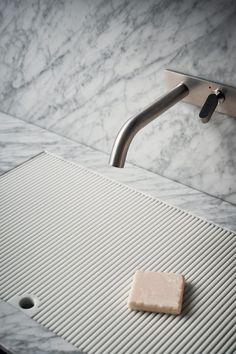 Nouvelles salles de bains Agape [Milan Design Week] Plus Bathroom Spa, Bathroom Toilets, Modern Bathroom, Washroom, Bathroom Vanities, Bathroom Ideas, Bathroom Designs, Master Bathroom, Bad Inspiration