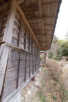 相馬家の長屋門の壁は板張り。「100年くらい前の建物なので梁や柱は痛みはありますが、新しい瓦屋根はしっかりしています」