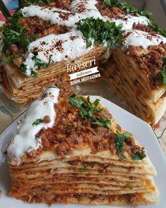 Kayseri yağlaması görüntüsünün şahaneligi korkutmasın yapımı kolay KAYSERİ YAGLAMASI Malzemeler ✔1 kilo un ✔1 büyük boy su bardagı süt ✔1 büyük boy su bardagı su ✔1 tane yaş maya ✔1 yemek kaşıgı toz şeker ✔1 tatlı kaşıgı tuz ✔içi için 300 gram kıyma ✔1 baş sogan ✔1 tatlı kaşıgı karabiber ✔1 tatlı kaşıgı kekik ✔1 tatlı kaşıgı tuz ✔2 sivri yeşil 1 kırmızı kapya biber ✔1 tatlı kaşıgı biber salcası ✔1 tatlı kaşıgı domates salcası ✔1 su bardagı su üzeri için 1 kase yogurt maydanoz HA... Iftar, Lasagna, Pizza, Food And Drink, Snacks, Chicken, Salsa, Health, Ethnic Recipes