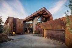 Design of modern and natural house with use of corten steel structure Architecture Metal, Architecture Renovation, Contemporary Architecture, Contemporary Houses, Architecture Photo, Amazing Architecture, Contemporary Design, Weathering Steel, Design Exterior