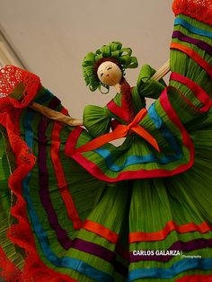 No one knows about the corn leaves usage. always we throw the corn leaves to the bin.but now this article describes really the amazing doll from corn leaves Mexican Corn, Mexican Folk Art, Mexican Style, Mexican Fiesta Birthday Party, Mexican Party, Subway Sandwich, Doll Crafts, Diy Doll, Corn Husk Crafts