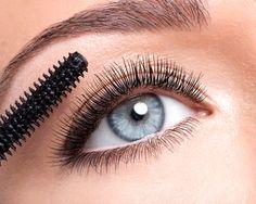 Un regard bleu lagon, une profondeur dans laquelle on aime à se perdre : les yeux bleus sont un véritable atout séduction. Mis en valeur, ils subliment naturellement un visage. Mais pour les maquiller, la donne est parfois plus compliquée, surtout lorsqu'il s'agit de choisir son mascara.