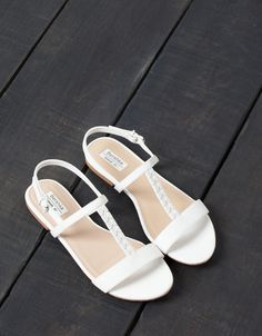 BSK chain sandals - All - Bershka Taiwan Coral Sandals, White Sandals, Girls Sandals, Bare Foot Sandals, Flat Sandals, Girls Shoes, Leather Sandals, Shoes Sandals, Pretty Shoes