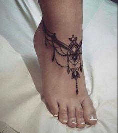 kleines tattoo, franzözische maniküre, tätowierung in schwarz und grau am fuß