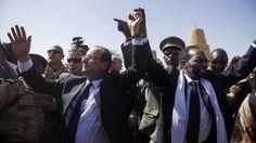 """02.02.13 / Hollande et """"la journée la plus importante"""" de sa vie politique / François Hollande et son homologue malien Dioncounda Traoré, à Tombouctou, au Mali, le 2 février 2013.   REUTERS"""