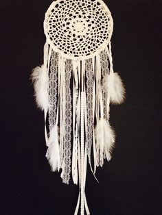 Grand napperon blanc Dream Catcher / fait main Dream Catcher par OjibweShop sur Etsy https://www.etsy.com/fr/listing/192229723/grand-napperon-blanc-dream-catcher-fait
